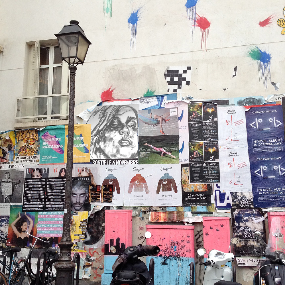 collage de dessins imprimés sur les murs parisiens