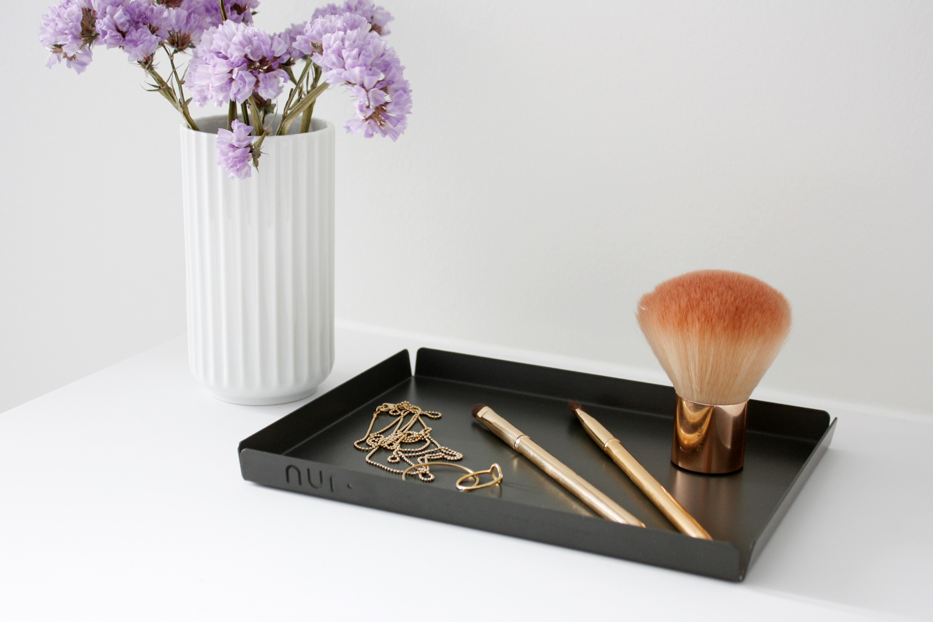 Make-up details with black Nur Tray