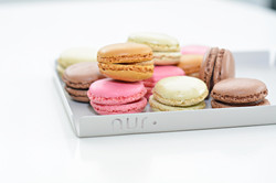 Nur Tray small with macarones