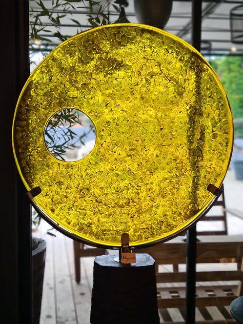 Sculpture en verre et résine jaune