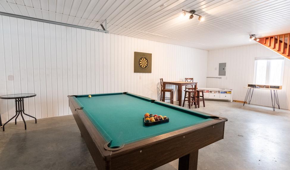 Salle de jeux, vue sur le lac! Jeu de dards, table de pool, table bistro, frigo à bière :)