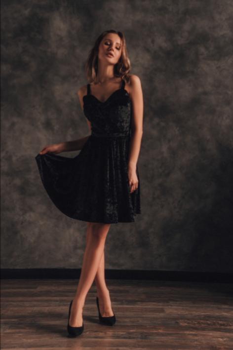 Короткое чёрное вельветовое платье