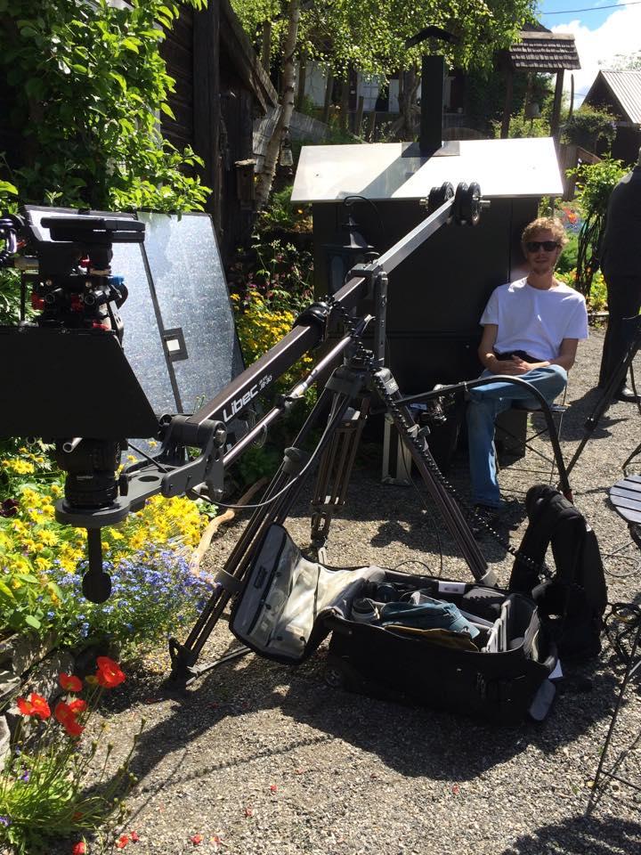Kameramann med tungt utstyr.