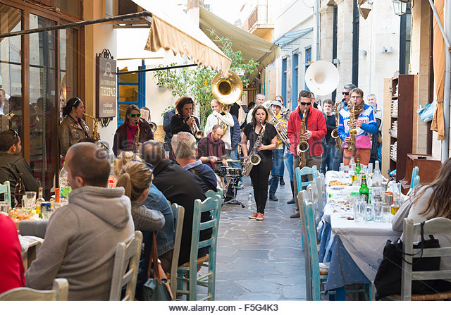 aegina-greece-band-of-musicians-played-on-the-terrace-f5g4k3