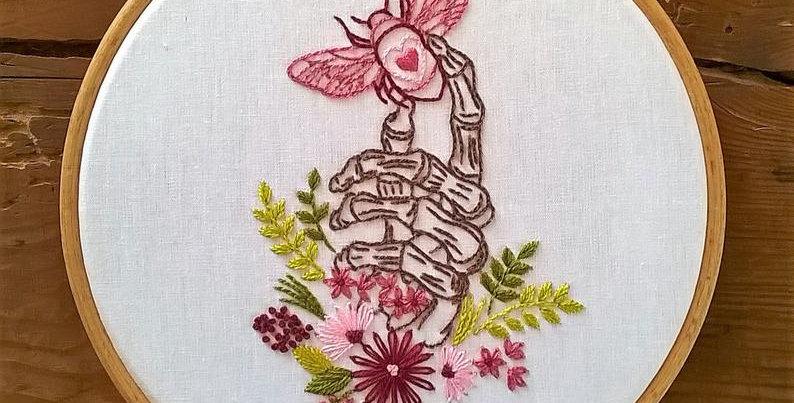 """Kit de broderie traditionnelle """"squelette main abeille et fleurs"""""""