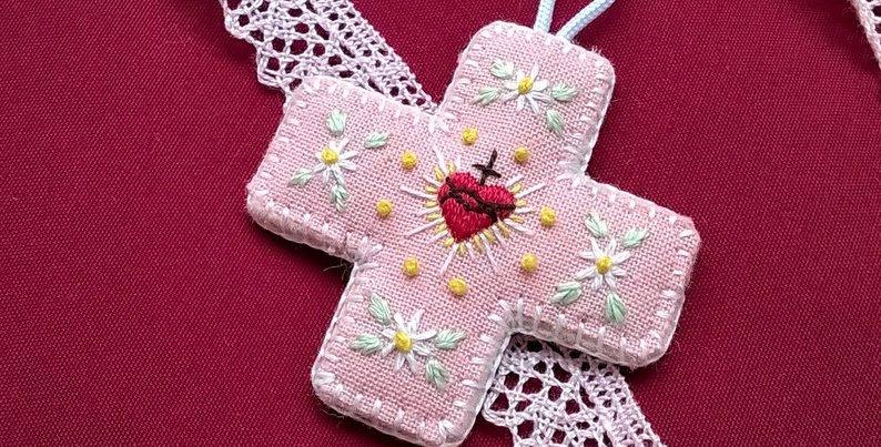 Médaille de berceau croix rose - cadeau de baptême - Médaillon Sacré Coeur d