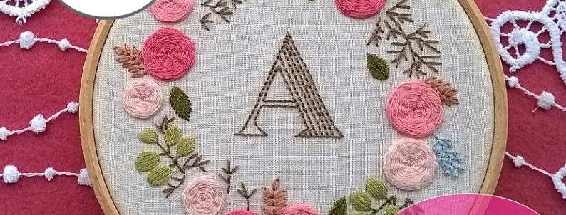 Kit de broderie monogramme rose et couronne de fleurs