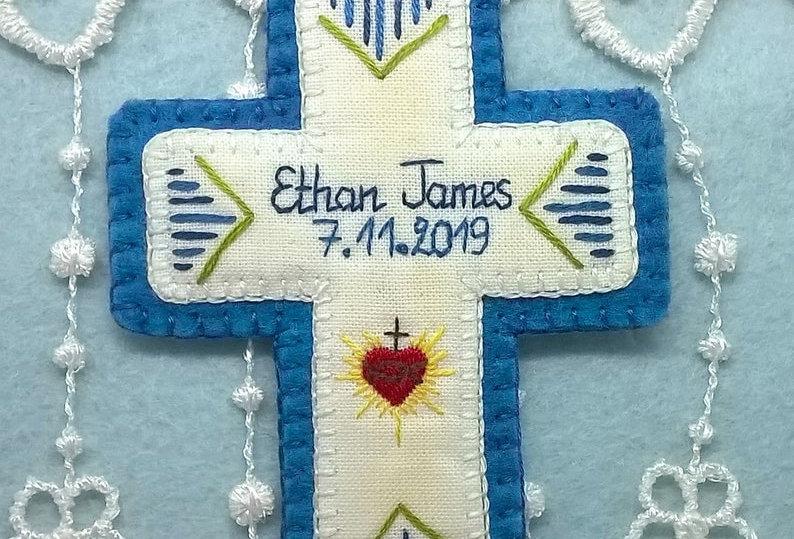 Croix de baptême personnalisée brodée main - médaille de berceau