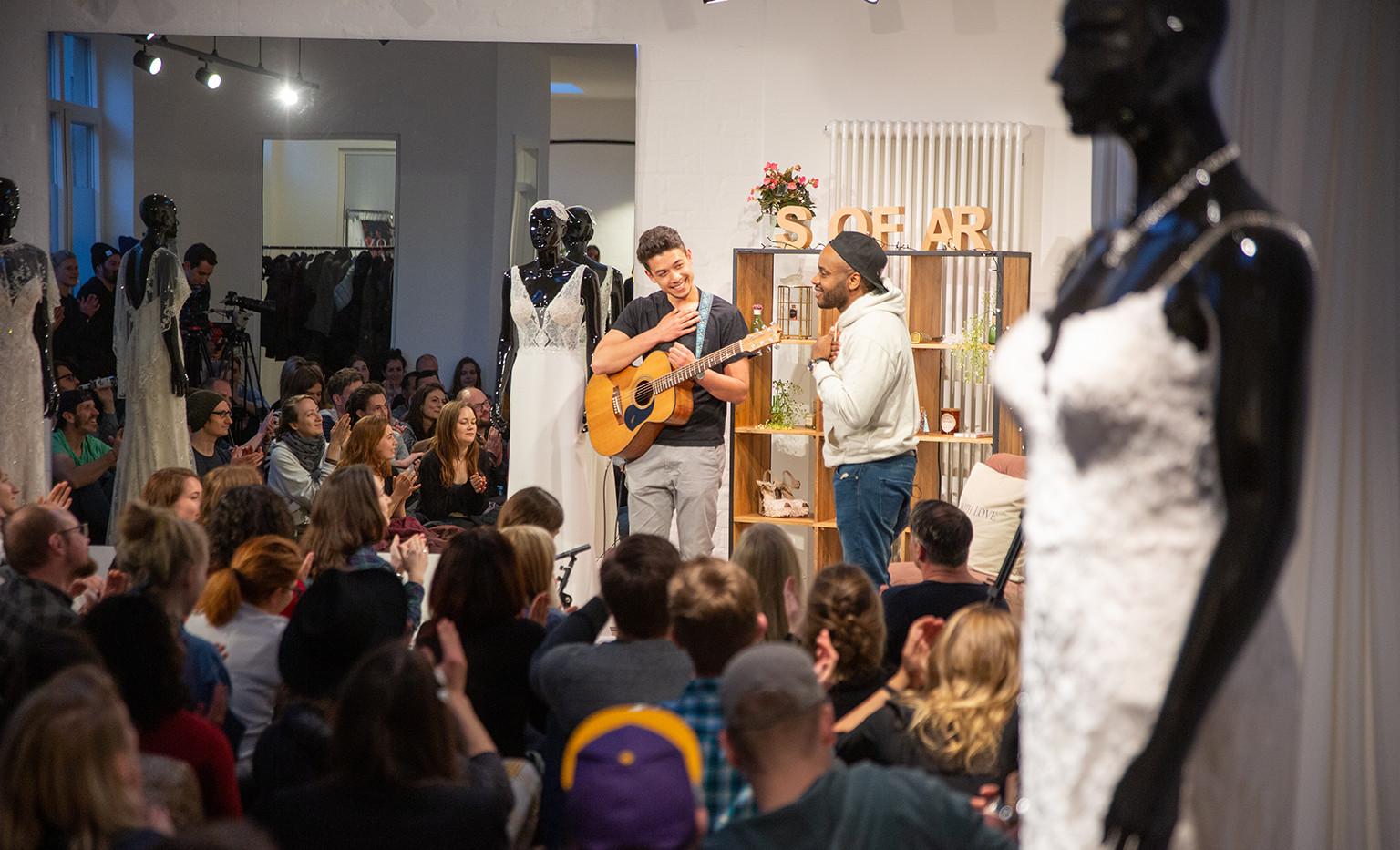 Die Künstler bedanken sich beim Publikum! The perfomers say thank you to the audience!