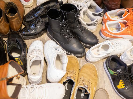 Schuhe aus! Shoes off!