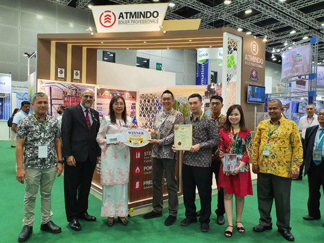 Minister of Primary Industries of Malaysia YANG BERHORMAT PUAN TERESA KOK hands over The Best Booth