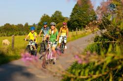 Radfahren-im-Sauerland-Familie-auf-dem-S