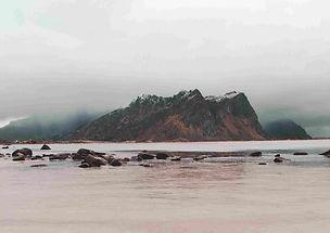 plage_lofoten_montagne_brouillard