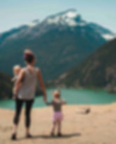 famille_randonnée_lac_montagnes_enfants