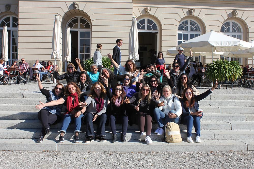 Mulheres em frente ao Schlos Herreninsel
