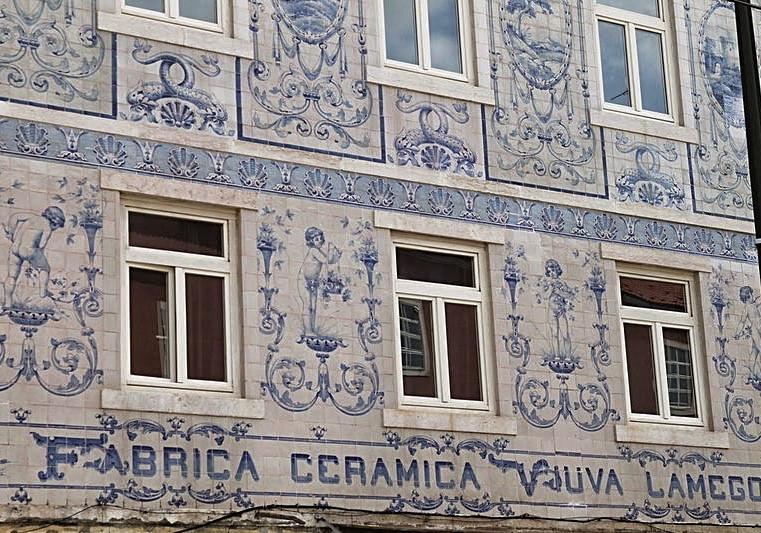 Fachada de azulejos da Fábrica Viúva Lamego