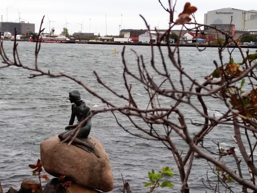 A pequena sereia, estátua de 1913 do personagem de um dos contos de Hans Christian Andersen, em dia nublado e de vento (Foto: Guiga Soares)