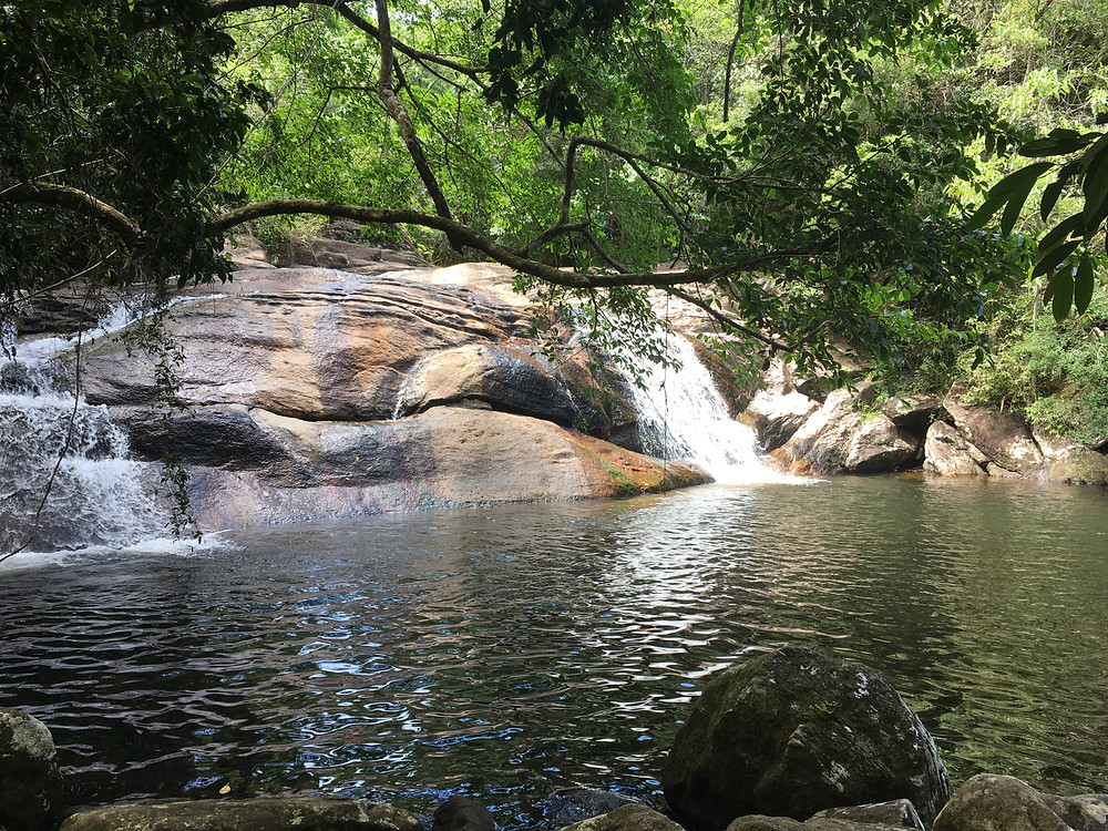 Primeira queda da cachoeira da Praia Grande da Cajaíba