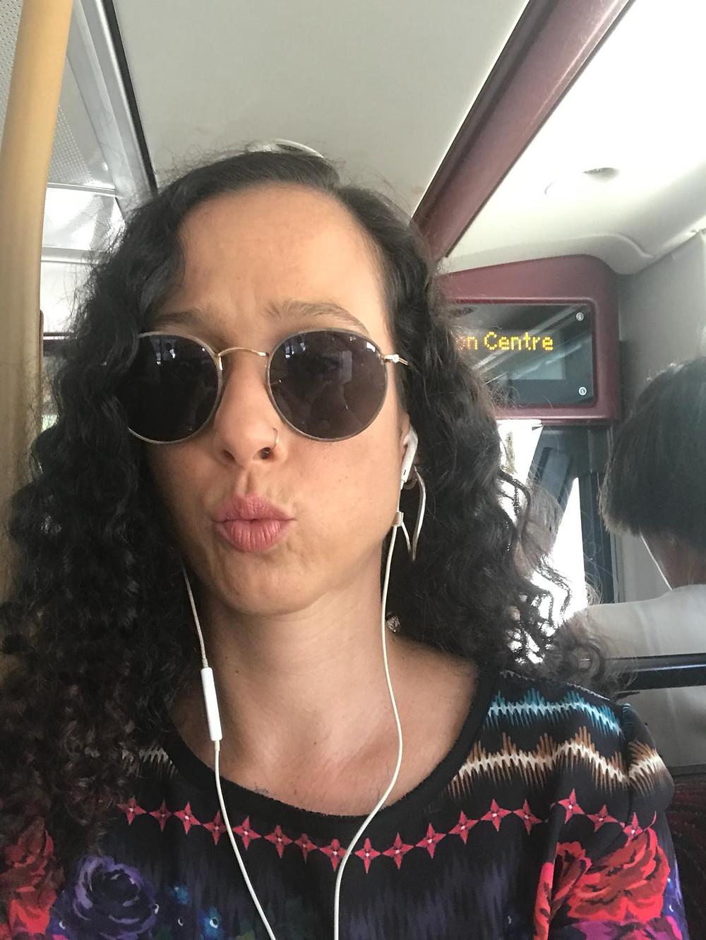 Daniela Paiva no ônibus em Londres