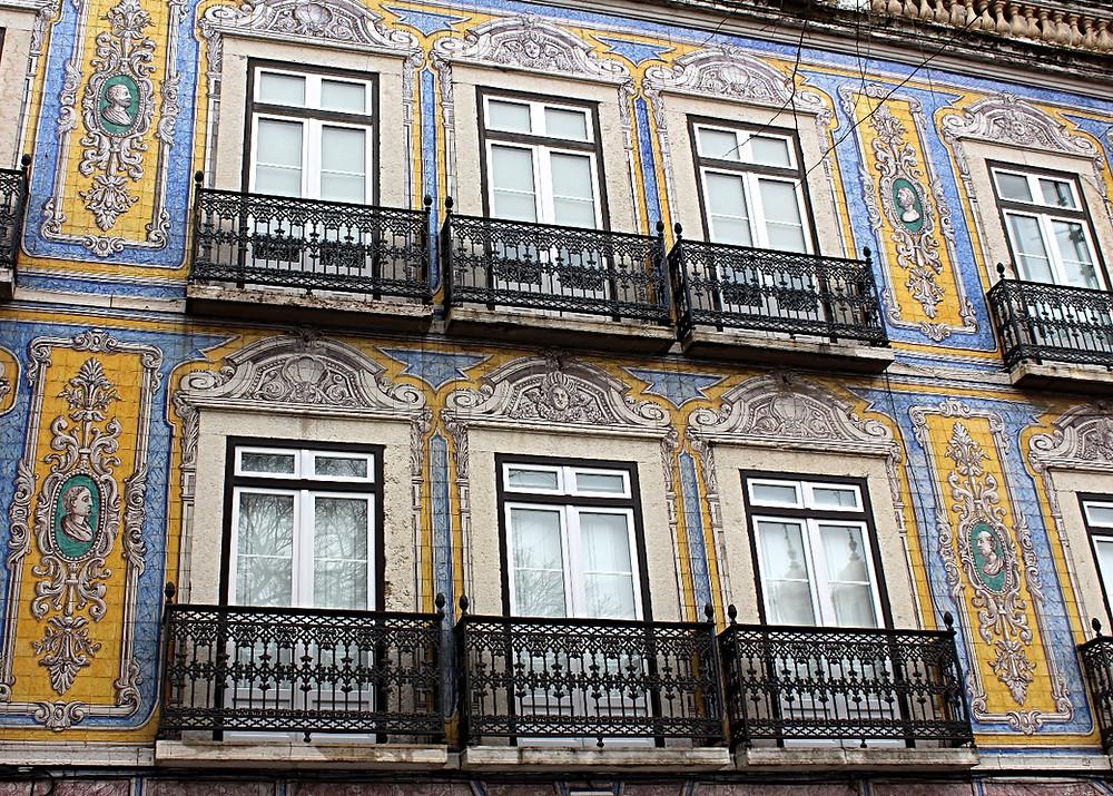 Fachada de  prédio no Campo de Santa Clara, Lisboa