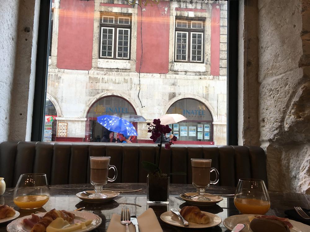 Pequeno almoço em dia de chuva no O Artista