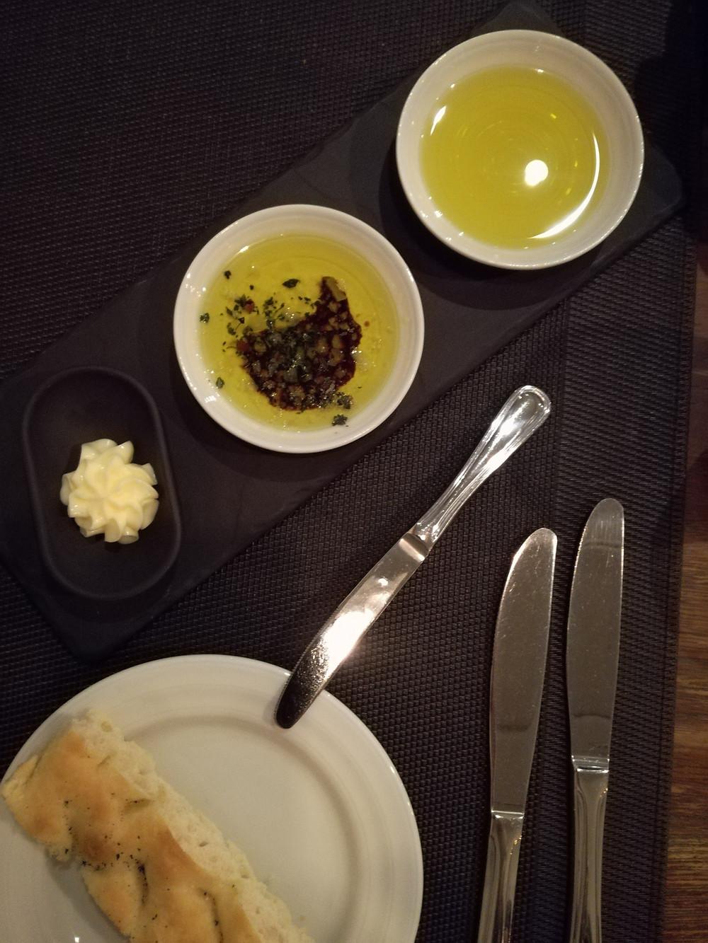Azeites puro português e com pimenta rosa e oréganos