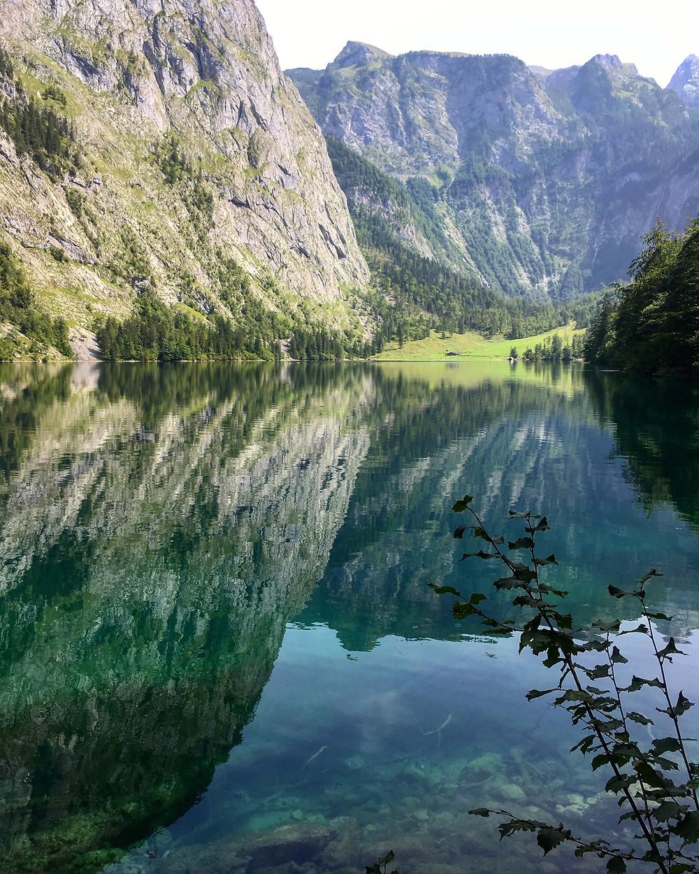 Vista dos Alpes refletidos no lago