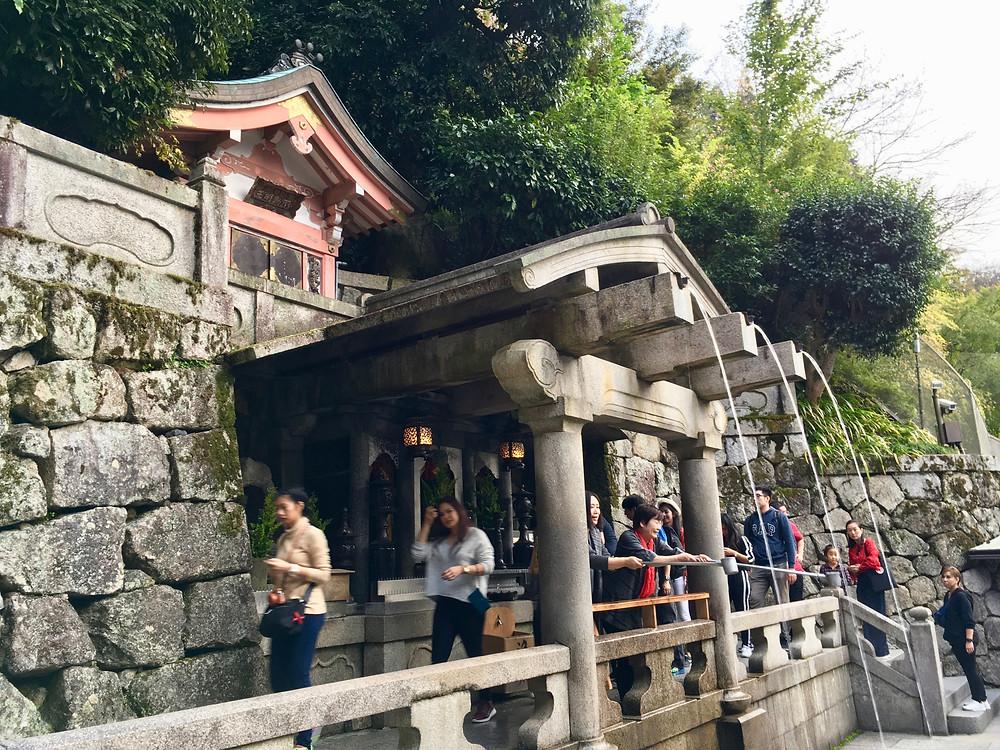 Cachoeira Otowa-no-taki no templo da água pura