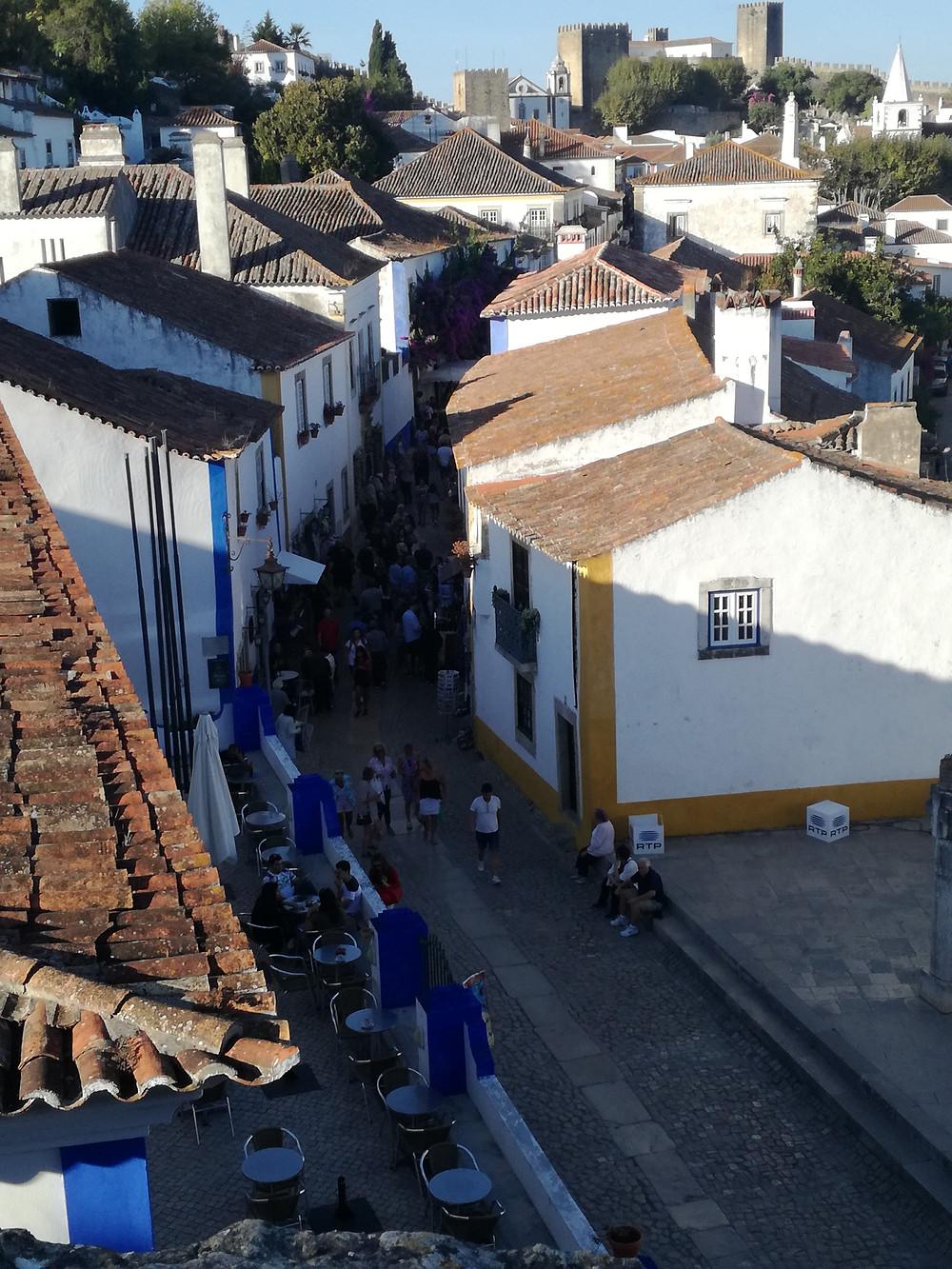 Rua principal da vila medieval de Óbidos