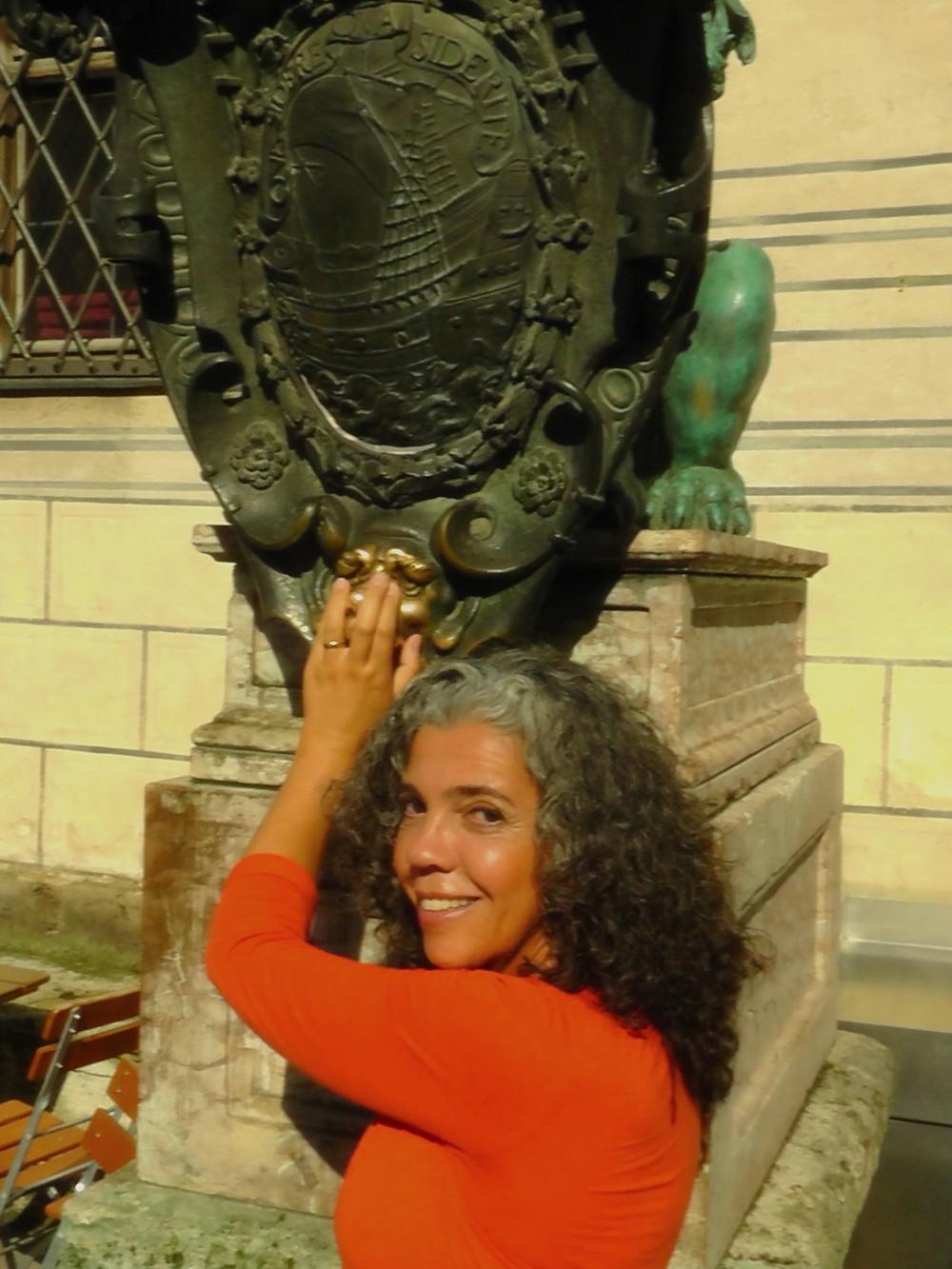 Sonaira d' Ávila e o leão do Residenz em Munique