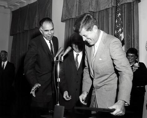 Hans Bethe receiving the Fermi Award from Presidnet Kennedy in 1961