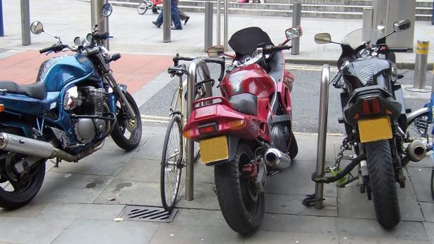 Furti moto e bici. Ecco 5 trucchi per prevenirli