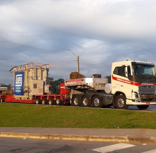 Transporte de transformador com carreta linha de eixos