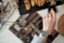 腕時計で個性派(メンズ・レディース)は【4 Silent Birds】へ。腕時計をつけ食べ物に手をのばしている画像