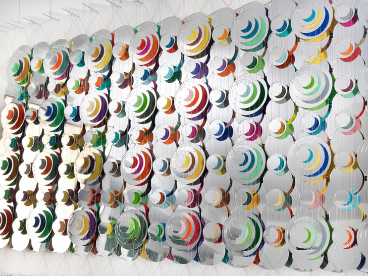 Cecilia Glazman Reflections IX 2018 Espejos, colores e hilo de acero (Mirrors, colors and steel wire) 200 x 100 cm.