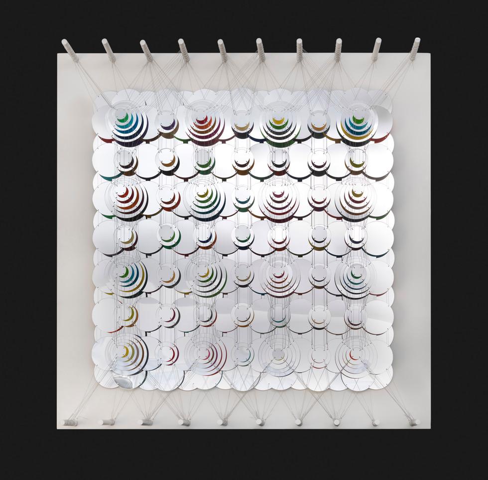 Cecilia Glazman Reflections III 2018 Espejos colores e hilo de acero (Mirrors, colors and steel wire) 100 x 100 cm.
