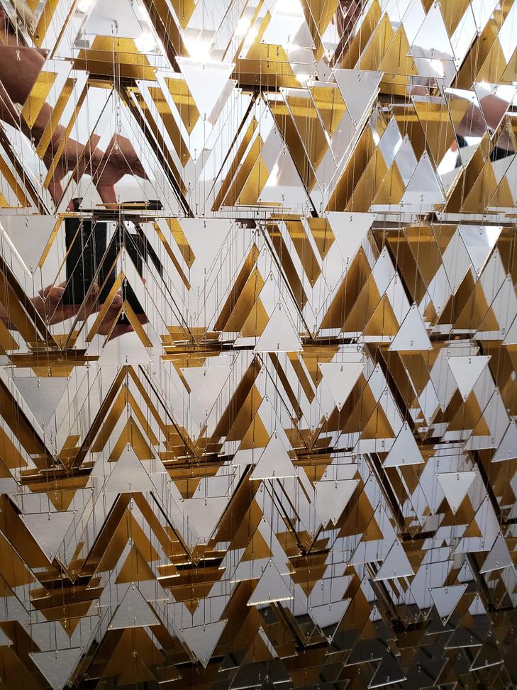 Cecilia Glazman Reflections 8 2018 Espejos, dorado e hilos de acero (Mirrors, gold and steel wire) 90 x 80 cm.