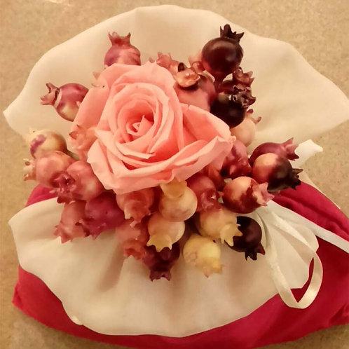 Sacchetto di organza con rosa e bacche (senza confetti)