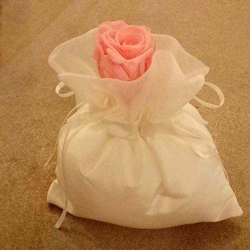 Sacchetto bianco con rosa