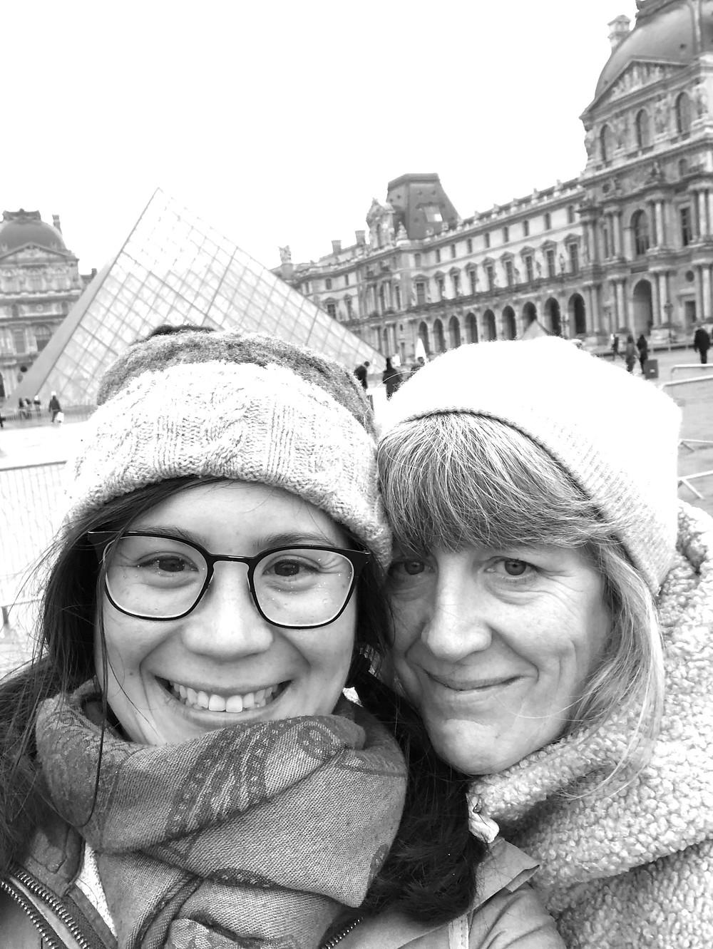 smiling-mother-daughter-at-louvre-paris