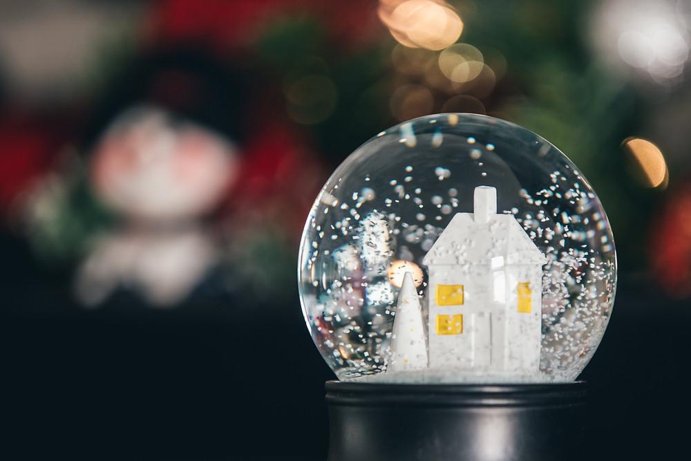 snow-globe-with-white house-white-christmas-tree