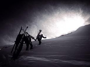 Gipfelaufstieg im Sturm