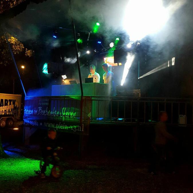 """Doorkomst 80 van de Langstraat Raadhuisplein Drunen; weer een groot """"nat"""" feest"""