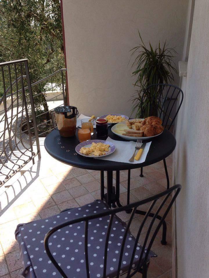 Breakfast over the valley