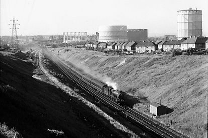 6946 Heatherden Hall heads a Wolverhampton bound express down the bank from Swan Village