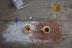 Tiramisù con caffè caldo versato a parte