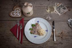 Filetto di maiale marinato servito su rucola con pere e Montasio