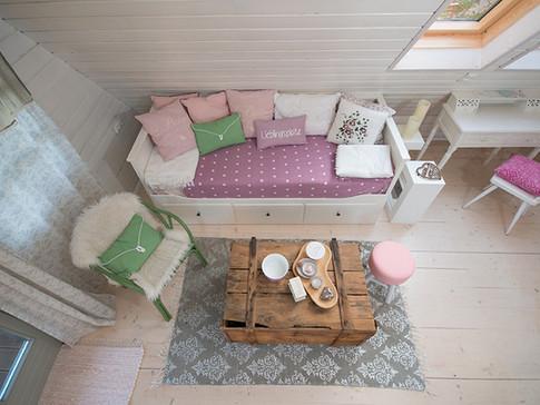 falls es mal ein paar glaserl zu viel waren, das sofa ist ein ausziehbett :)