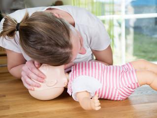 Primeiros Socorros: manobra de desengasgo (para menores de 1 ano).