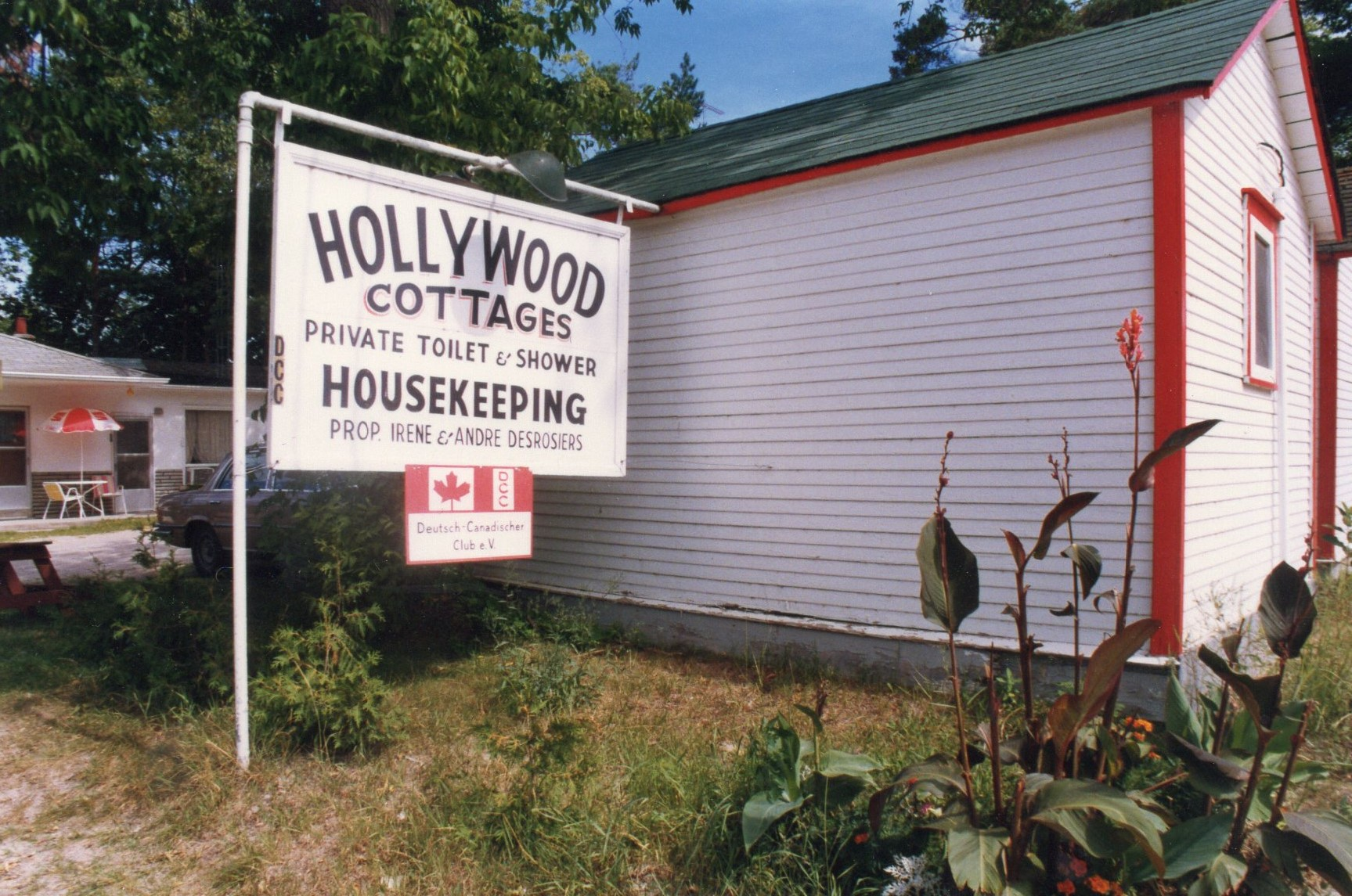 Main Entrance and Sign at Hollywood Cottages